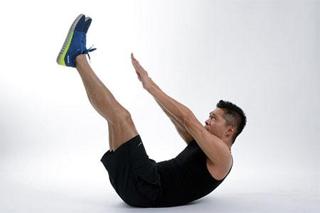 انجام تکنیک jackknife sit up کمک کننده برای تقویت عضلات شکم