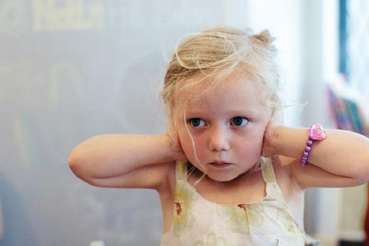12 نشانه اوتیسم که والدین باید آنها را جدی بگیرند