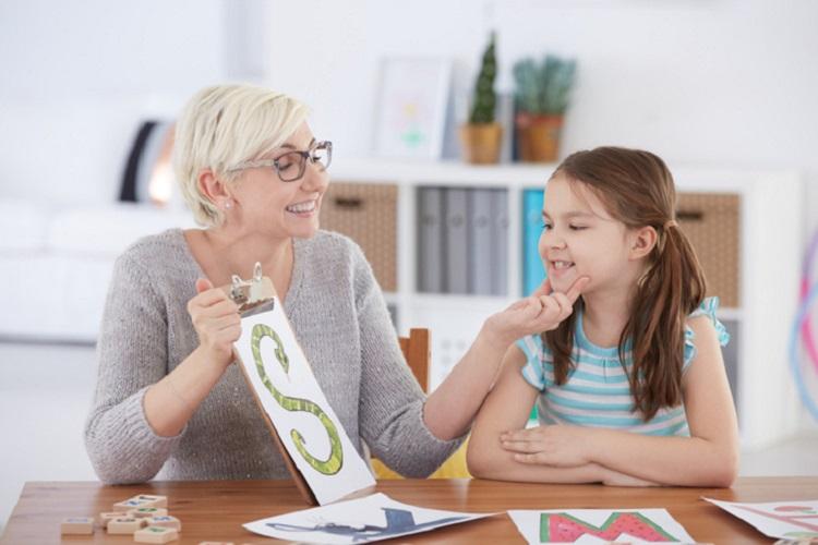 چرا کودکان دیر حرف میزنند؟ بررسی علل اختلالات گفتاری در کودکان