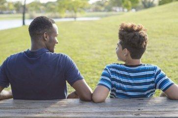 والدین چگونه باید پسران نوجوان را برای فرآیند بلوغ و عدم خودارضایی آماده کنند؟