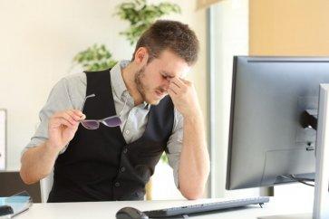 Trockenes Auge im Hinterhalt von Büroangestellten