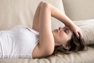 آشنایی با انواع سردرد در دوران قاعدگی، به همراه بررسی علائم و روشهای درمانی آن
