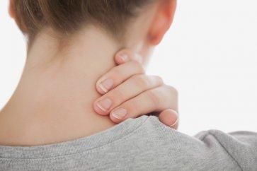 آشنایی با علل گرفتگی گردن و شانه همراه با راه کارهای درمانی