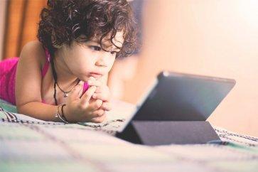 آیا تماشای بیش از حد تلویزیون و موبایل باعث تاخیر در رشد کودکان میشود؟
